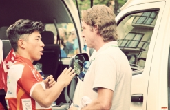 Caleb Ewan discusses tactics with Matt White